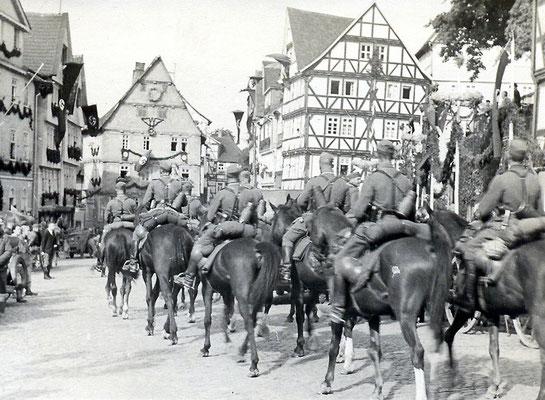 Berittene Wehrmachtseinheit bei einem Manöver auf dem Homberger Marktplatz, um 1938, Sammlung Dr. Klaus Lambrecht