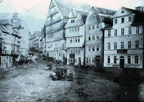 Die älteste Fotoaufnahme des Marktplatzes, vor Umbau der Engel-Apotheke, Sammlung Dr. Klaus Lambrecht
