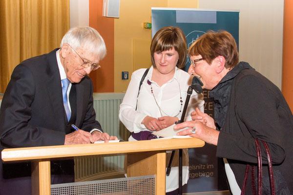 Reiner Kunze beim Signieren seiner Bücher
