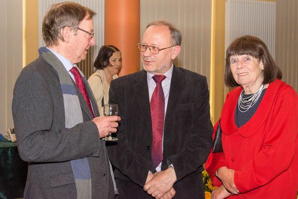 Laudator und Preisträger im Gespräch mit Reiner Kunzes Ehefrau Elisabeth