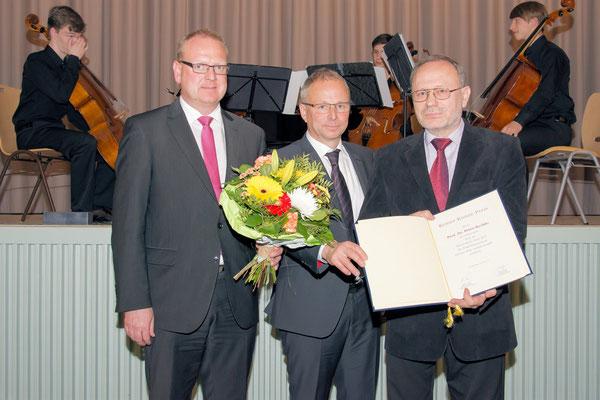 Vertreter der Erzgebirgssparkasse Kai Grunert, Bürghermeister Bernd Birkigt und Preisträger Prof. Dr. Petro Rychlo bei der Übergabe der Urkunde