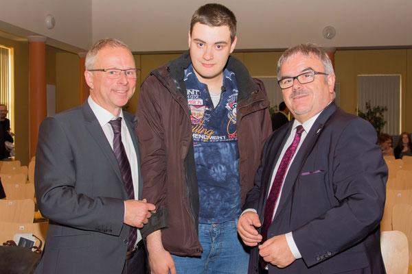 Bürgermeister Bernd Birkigt mit Eric Preuß ( Gewinner des 5. Vorlesewettbewerbs für Schüler mit geistiger Behinderung) und Landrat Frank Vogel