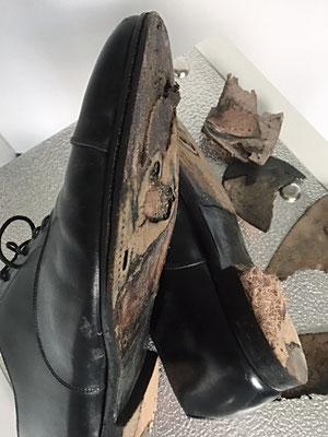 Lederschuh schwarz reparaturbedürftig