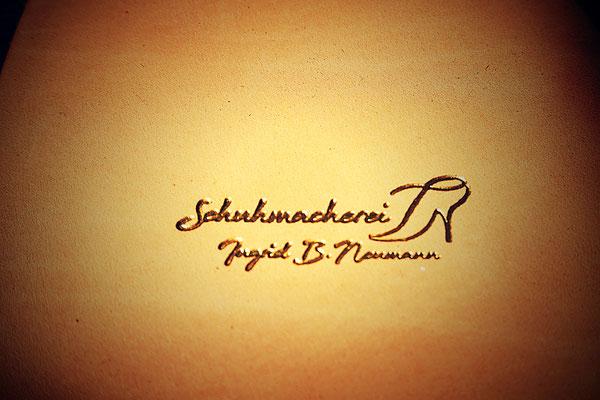 Schuhmacherei Ingrid Neumann Logo auf Leder