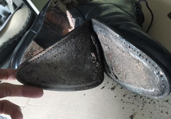 Lederschuh schwarz Unterseite - reparaturbedürftig