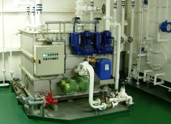 Bild 1: Blick auf eine Abwasseranlage im Maschinenraum eines modernen Containerschiffes (Foto: Dr. Hochhaus)