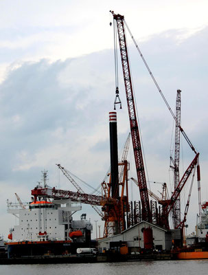 """Abbildung 6: Mit dem 3.000 t Raupenkran von Liebherr wurden bei der Lloyd Werft die Hubbeine der """"Aeolus"""" eingesetzt (Foto Dr. Hochhaus)"""