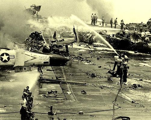"""Abbildung 6: 29. Juli 1967, im Golf von Tonkin bekämpft  die Crew des Flugzeugträger """"Forrestal"""" Brände und Explosionen (Quelle Wikipedia; Official U.S. Navy Photograph)"""