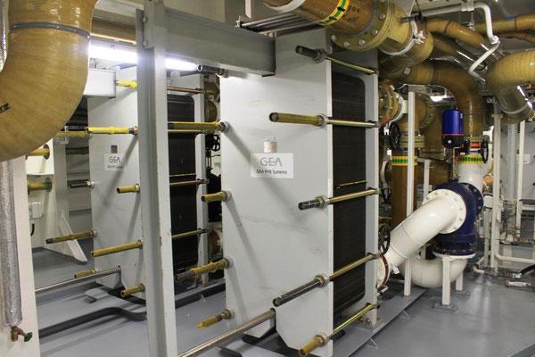 Abbildung 9: Im Schiffsmaschinenraum, Blick auf die  Plattenwärmetauscher der Kühlwassersysteme (Foto Dr. Hochhaus)