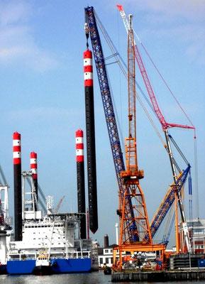 """Abbildung 4: """"Victoria Mathias"""", Einsetzen der Hubbeine bei der Lloyd Werft Bremerhaven (Foto Dr. Hochhaus)"""