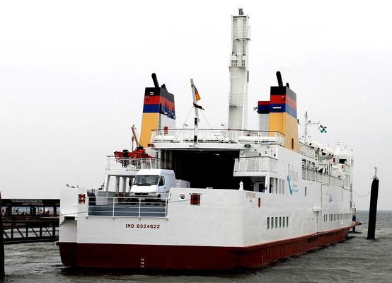 """Links: """"Ostfriesland"""" von der AG Ems, das erste LNG-Schiff unter deutscher Flagge hat auf der Jungfernfahrt in Borkum angelegt  (Foto Dr. Hochhaus)"""