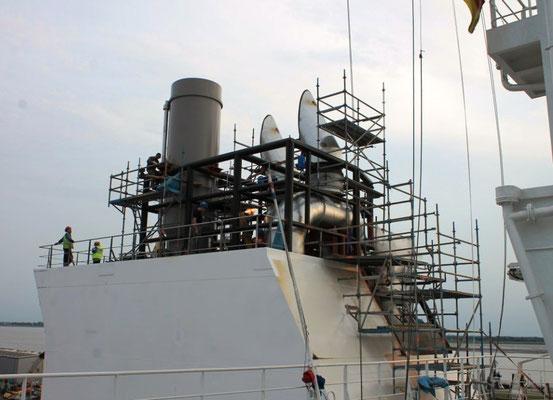 Abbildung 10:  Abgasaustritte (links gereingt) auf dem Deck des neuen Schornsteins (Foto Dr. Hochhaus)