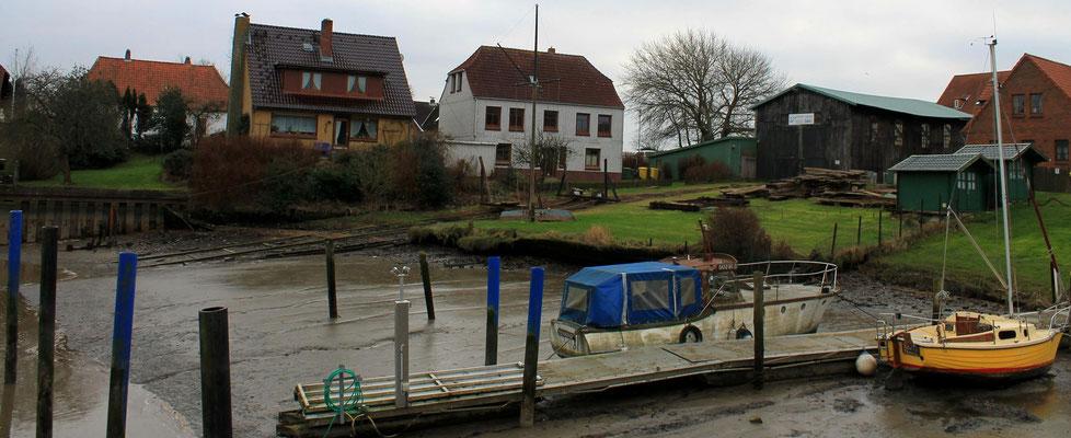Ende 2015, Blick von der Brücke auf die Werft mit Slip und Slipwagen