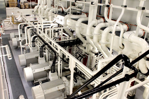 Abbildung 14: Hydraulikpumpen und Verrohrung für das Jackingsystem (Foto Dr. Hochhaus).