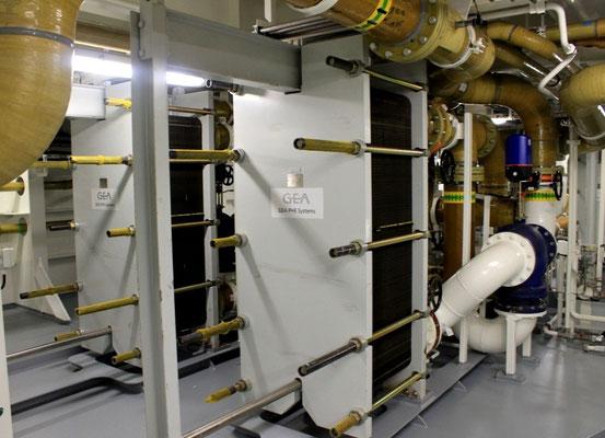 Abbildung 9: Plattenwärmetauscher zur Rückkühlung des Frischkühlwassers (Foto Dr. Hochhaus).
