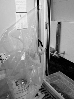 """Abbildung 8: Starcool-Kühlcontainer mit zusätzlicher """"Reißverschluß-Türabdichtung"""" (Foto Dr. Hochhaus)"""