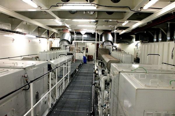 Abb. 18: Backbord-Antriebsanlage mit zwei Elektromotoren, Getriebe, Welle und Verstellpropeller (Foto Dr. Hochhaus)