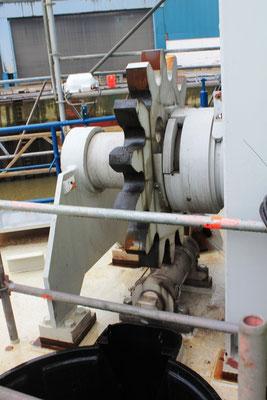 Abbildung 11: Eines der zwei Zahnräder, die das Seewasserrohr vertikal verfahren (Foto Dr. Hochhaus).