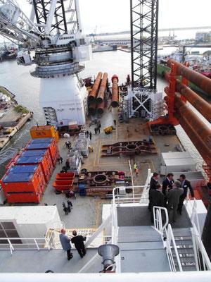 Abb. 3:Offshore-Errichterschiff, Blick an Deck und zum Kran  der Innovation (Foto Dr. Hochhaus)