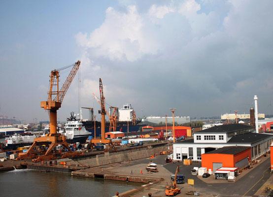 Abbildung 2: Lloyd Werft Bremerhaven, Blick zur Maschinenwerkstatt, Kaiserdock II und zum Schwimmdock (Foto Dr. Hochhaus)