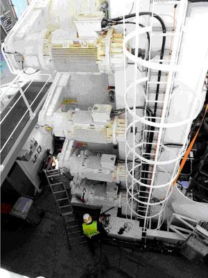Abb. 7: Hubbeine von außen. Blick auf  4 Elektromotoren zum Antrieb   (Foto Dr. Hochhaus)