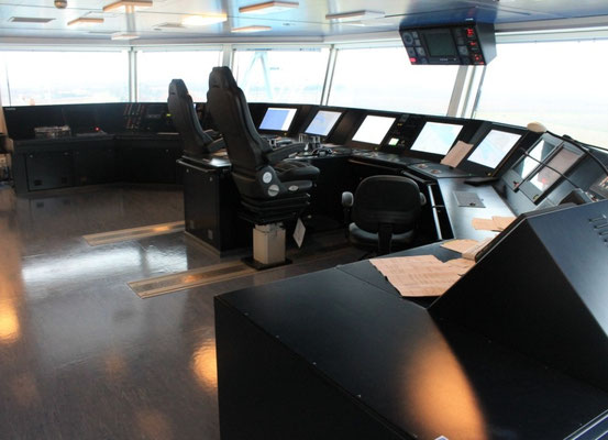 Abbildung 2: Von Interschalt ausgestattetes Brückenpult für den normalen Fahrbetrieb (Foto Dr. Hochhaus)