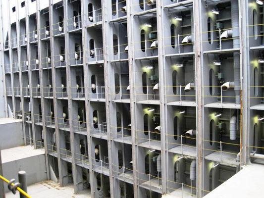 Abbildung 5: Blick in den leeren Laderaum, jeder einzelner Kühlcontainer im Laderaum erhält Frischluft zur Wärmeabfuhr (Foto Dr. Jacobsen)