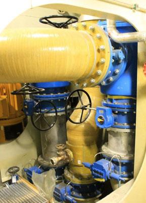 Abbildung 4: Rohrleitungen und in der Drehzahl regelbare Seewasserpumpen (hinten links)  über dem neuen Seekasten (Foto Dr. Hochhaus)