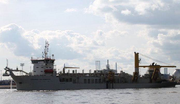"""Abbildung 1: Der von den Emdener Nordseewerken für die Jan De Nul Gruppe gebaute Hopperbagger """"Alexander von Humboldt"""" 2014 bei Unterhaltungsarbeiten in Hamburg (Foto Dr. Hochhaus)"""