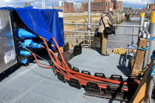 Stromkabel von der Barge zum Kreuzfahrtschiff (Foto Dr. Hochhaus)