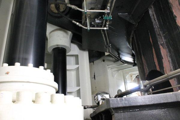 Abb. 13: Jacking-System, die Hubzylinder greifen oben an dem Führungsrahmen an (Foto Dr. Hochhaus).