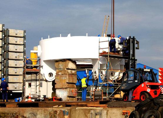 """Abbildung 5: Vorbereitung der hydraulischen Hubbrillen für die """"Aeolus"""" (Foto Dr. Hochhaus)"""