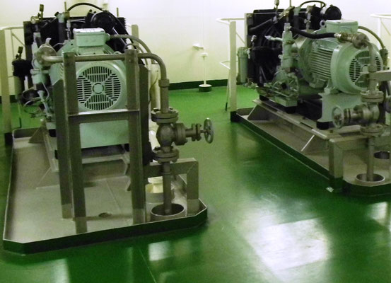 Abbildung 8: Mehrstufige Luftverdichter versorgen das Anlaßluftsystem der Schiffsantriebsanlage  (Foto Dr. Hochhaus)