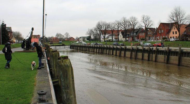 Alter Hafen mit Kran (Foto Dr. Hochhaus)
