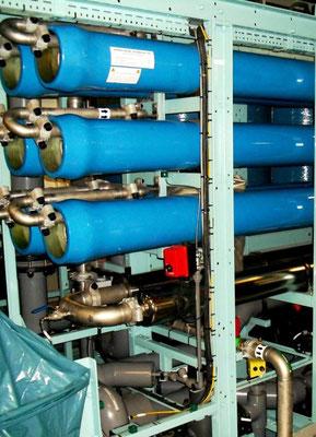 Abbildung 20: Blick auf die Membranen einer Umkehrosmoseanlage zur Frischwasserezeugung eines Schiffes (Foto Dr. Hochhaus)