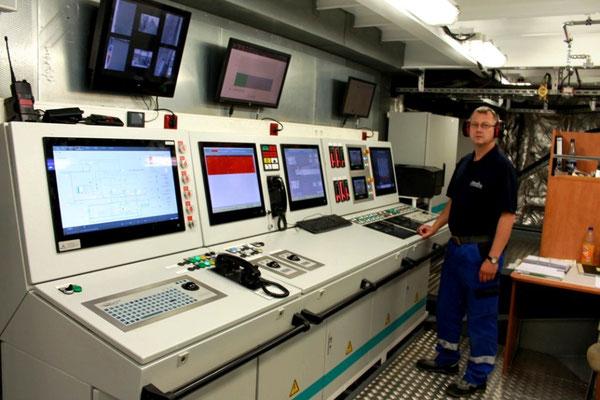 Der Leitstand im Maschinenraum (Foto Dr. Hochhaus)