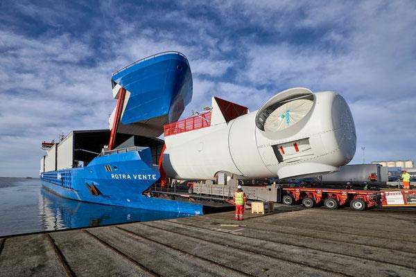 """Abbildung 6: """"Rotra Vente"""" beim Beladen mit einem Maschinenhaus (Quelle Concordia Group)"""