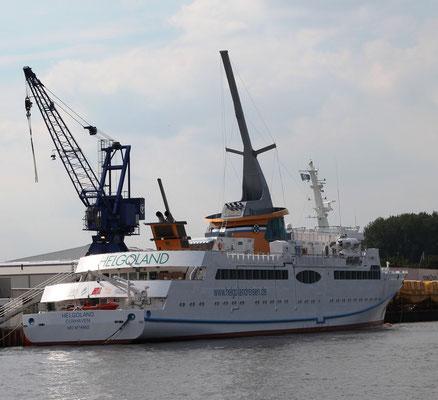 Rechts: Die Helgoland liegt an der Ausrüstungspier von der Fassmer Werft  (Foto Dr. Hochhaus)