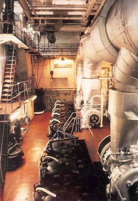 Blick in den Maschinenraum mit einem 2-Taktmotor als Hauptantrieb (Foto Hochhaus)