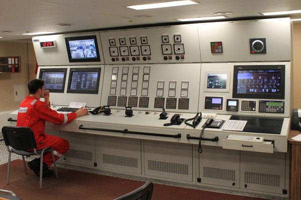Abb. 11: Der  Maschinenkontrollraum befindet sich unter Deck (Foto Dr. Hochhaus).