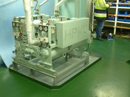 2 Verdichter und Kondensatoren der Proviantkälteanlage für ein Containerschiff