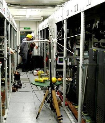 Abbildung 6: Installationsarbeiten hinter der Schalttafel im EMV Zentrum Erlangen (Quelle Siemens AG)