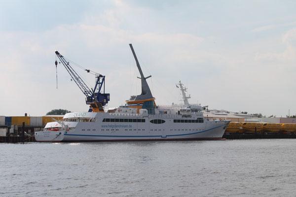 Abb. 1: Der 1. LNG-Neubau unter deutscher Flagge, die Helgoland an der Ausrüstungspier der Fassmer Werft (Foto Dr. Hochhaus)