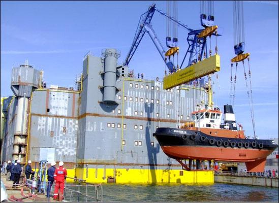 Abbildung 10: Ausschwimmen der HGÜ-Plattform Borwin Beta bei Nordic Yards. Es ist die zweitgrößte von vier HGÜ-Plattformen, die Siemens hier in Auftrag gegeben hat (Quelle Nordic Yards)