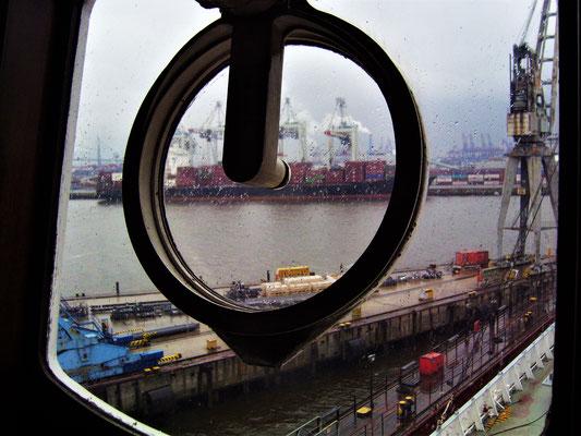 Brücke, Blick nach draußen (Foto Dr. Hochhaus)