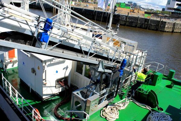 Stromkabel von der Barge an Land (Foto Dr. Hochhaus)
