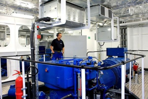 Maschinenraum. E-Antrieb evon einem Schottelpropeller (Foto Dr. Hochhaus)
