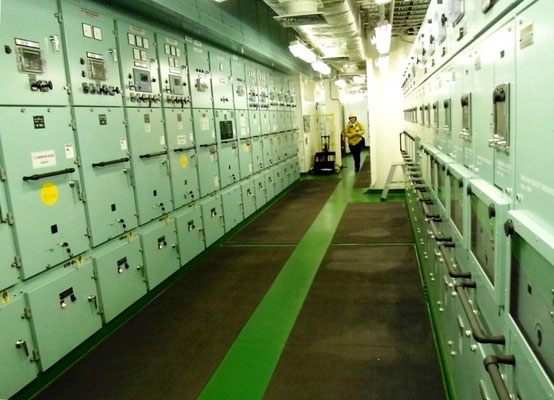 Abbildung  4: Containerschiff, Blick in den Schalttafelraum  mit Mittelspannungsschalttafeln (Foto Dr. Hochhaus)