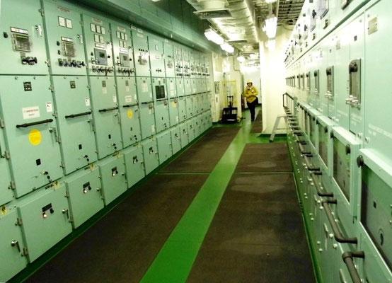 Abbildung  4: Containerschiff, E-Versorgung Blick in den Schalttafelraum  mit Mittelspannungsschalttafeln (Foto Dr. Hochhaus)