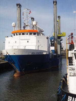 """Abbildung 2: Die """"Sea Energy"""" entastand aus dem Frachter (Foto Dr. Hochhaus)"""
